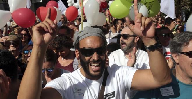 Jesús Candel, conocido como Spiriman, en la manifestación en Granada bajo el lema 'Granada por una sanidad pública y digna'. EFE/Pepe Torres