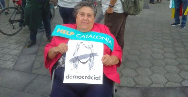 María Rosa, de 73 años, acude a la manifestación para reclamar la libertad de los líderes de ANC y Òmnium.