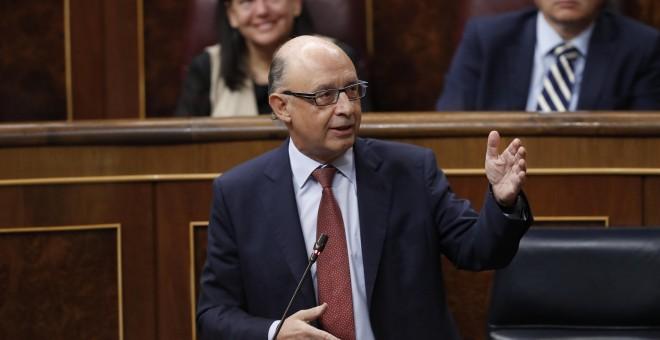 El ministro de Hacienda, Cristóbal Montoro, interviene en la sesión de Control al Gobierno en el Congreso de los Diputados. EFE/Javier Lizón