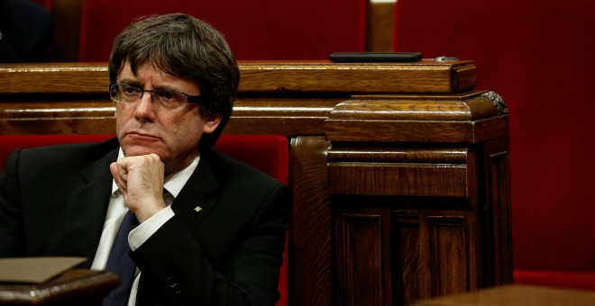 El president de la Generalitat, Carles Puigdemont, durante una de las últimas sesiones en el Parlament de Catalunya. - REUTERS