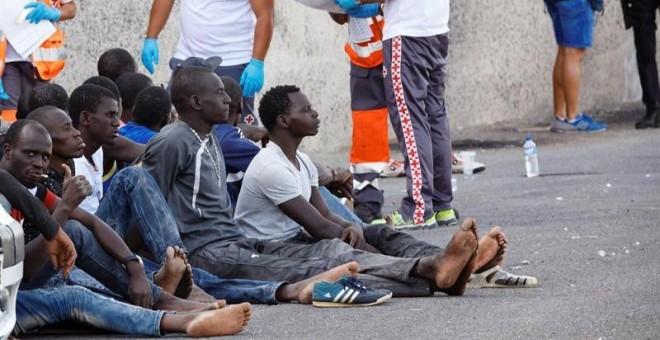 Varias personas recién llegadas en patera a la costa de Canarias.- EFE