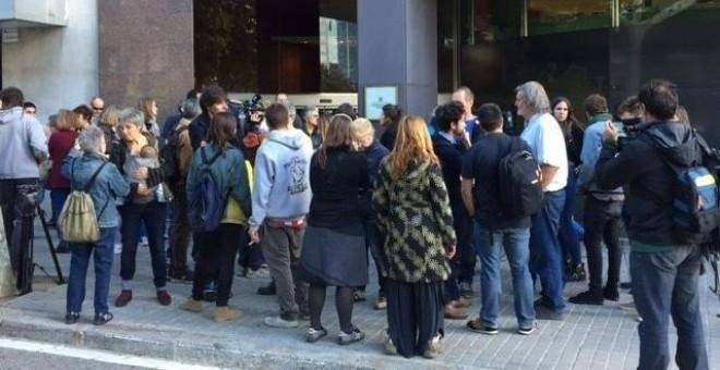 Una veintena de personas se concentra ante la Conselleria de Territorio. / EP