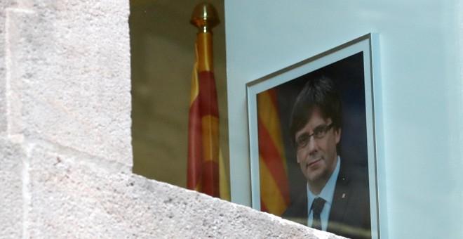Retrato del presidente catalán cesado, Carles Puigdemont, en una de las salas del Palau de la Generalitat. REUTERS/Yves Herman