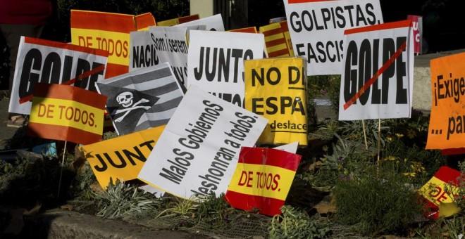 Pancartas utilizadas durante la manifestación convocada el pasado 29 de octubre por la entidad Societat Civil Catalana en el centro de Barcelona, en contra de la declaración de independencia en el Parlament. EFE/Enric Fontcuberta