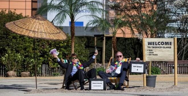 Activistas contra los paraísos fiscales protestan frente a las instutituciones de la UE en Bruselas. REUTERS/Yves Herman