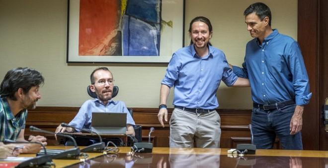 Los líderes de Podemos y del PSOE, Pablo Iglesias y Pedro Sánchez, ´respectivamente, en una reunión de delegaciones de ambas formaciones antes del verano en el Congreso de los Diputados.