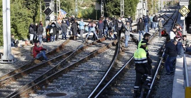 Manifestantes cortan la vía férrea en la estación de Ferrocarrils de Sant Cugat del Vallès. EFE/Alejandro García