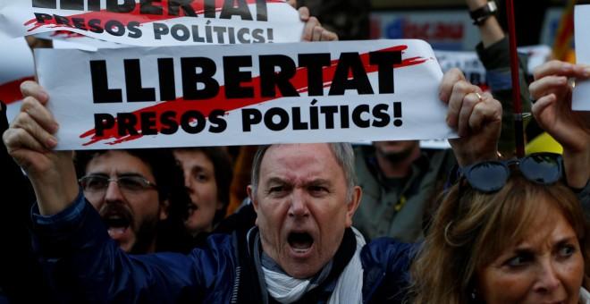 Un hombre con un cartel que reclama la ?Libertad de los presos políticos' en la manifestación para exigir la salida de prisión de los presidentes de la ANC y Òmnium Cultural, Jordi Sánchez y Jordi Cuixart, y de los ocho consellers cesados del Govern encie