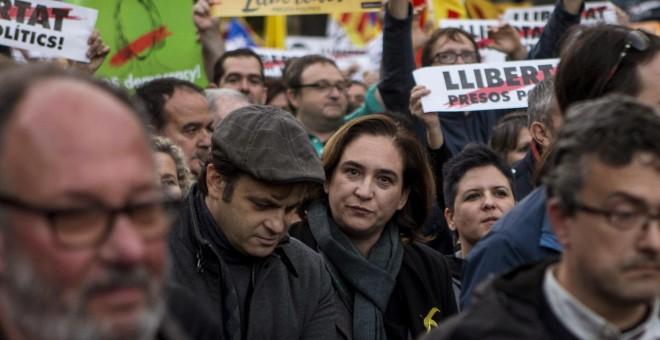 La alcaldesa de Barcelona Ada Colau participa en la manifestación concocada por la ANC y Omnium en Barcelona para exigir la libertad de Jordi Sánchez, Jordi Cuixart y los miembros del Govern cesados, que han sido encarcelados por orden de la Audiencia Nac