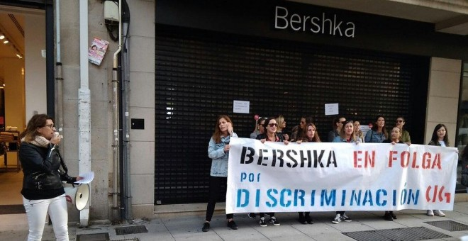 El personal de Bershka en la provincia de Pontevedra durante el segundo día de huelga indefinida. / @galizaCIG