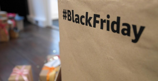 El hashtag '#BlackFriday, en un stand de Amazon en Londres. REUTERS/Toby Melville