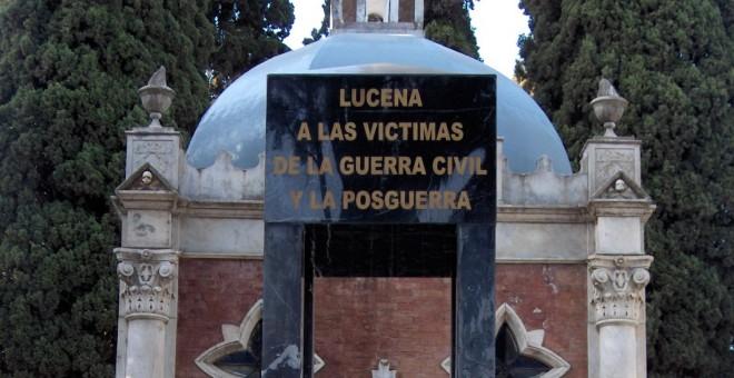 Monolito en memoria a los represaliados en el cementerio de Lucena. / Arcángel Bedmar