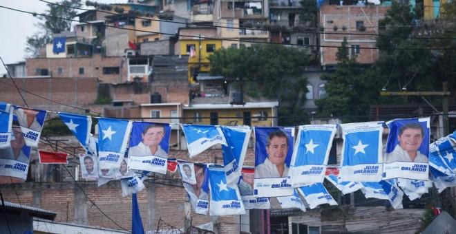 Carteles con el candidato oficialista en las elecciones presidenciales en Honduras, Juan Orlando Hernandez, en un barrio de Tegucigalpa.AFP/ RODRIGO Arangua
