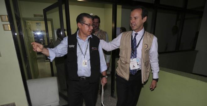 El expresidente de Bolivia Jorge Quiroga (d), jefe de la Misión de Observación Electoral de la Organización de los Estados Americanos, junto al presidente del Tribunal Supremo Electoral de Honduras, David Matamoros, en Tegucigalpa. EFE/Gustavo Amador