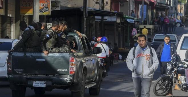 Una patrulla de la Policía Militar, en las calles de Tegucigalpa. AFP/Orlando Sierra