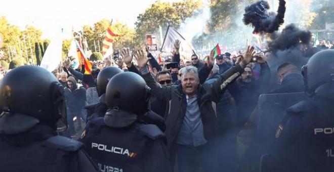 Carga policial durante la protesta de los taxistas contra Uber y Cabify en Madrid. EUROPA PRESS