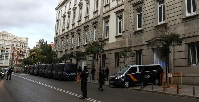 Un furgón de la Guardia Civil sale del Tribunal Supremo con los exconsellers tras su declaración ante el magistrado Pablo Llarena. REUTERS/Juan Medina