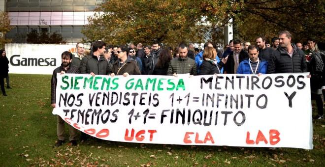 Trabajadores de Siemens Gamesa protestan contra los despidos en la empresa en la sede del fabricante de aerogeneradores en Zamudio (Vizcaya). REUTERS/Vincent West