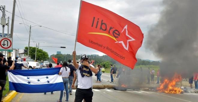 Activistas de la Alianza de Oposición contra la Dictadura mantienen protestas desde tempranas horas de este jueves en Tegucigalpa y otras ciudades del país contra un supuesto 'fraude' en los comicios. EFE/José Valle