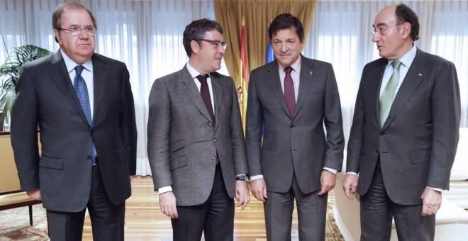 El ministro de Energía, Álvaro Nadal (2i.), y el presidente de Iberdrola, Ignacio Sánchez Galán (d.), con los presidentes autonómicos de Castilla y León y de Asturias (Juan Vicente Herrera y Javier Fernández), en un reciente encuentro en Madrid. EFE