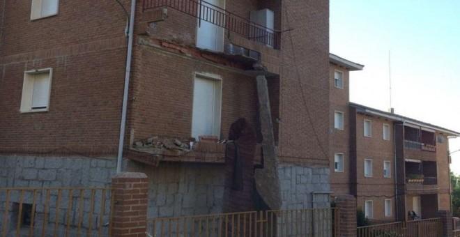 Dos balcones de una casa cuartel de la Guardia Civil en El Escorial (Madrid), derrumbados.