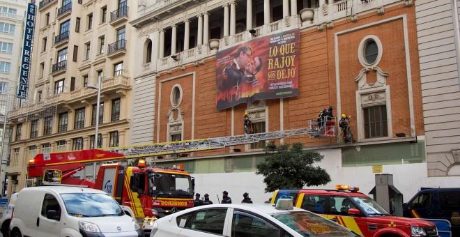 La pancarta colocada por Greenpeace en el Palacio de la Música de la Gran vía de Madrid. - CHRISTIAN GONZÁLEZ