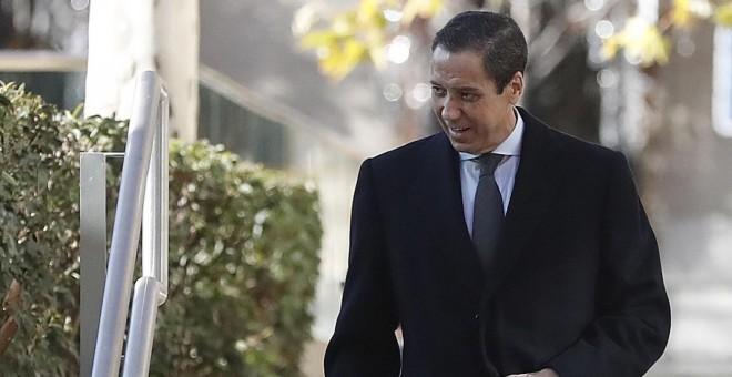 El exministro Eduardo Zaplana a su llegada  a la Audiencia Nacional, para declarar como testigo ante el juez que investiga la caja B del PP en relación con unos pinchazos del caso Lezo sobre presuntos pagos de comisiones al Partido Popular. EFE/Javier Liz