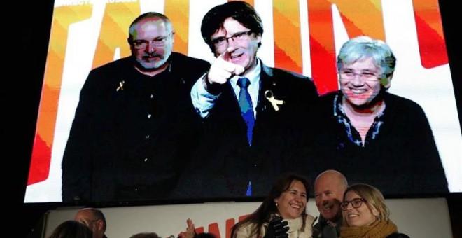 Puigdemont, habla por videoconferencia durante el cierre de campaña. EFE/Toni Albir