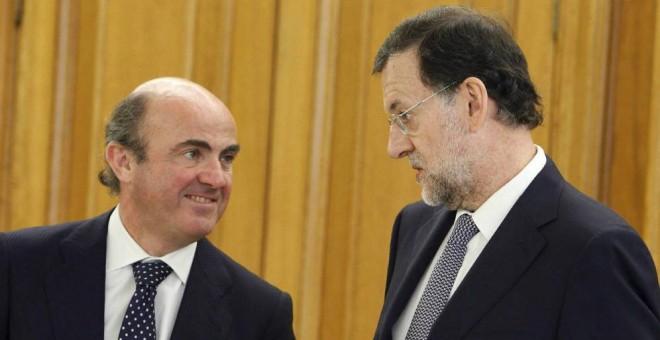 El ministro de Economía, Luis de Guindos, y el presidente del Gobierno, Mariano Rajoy, en una imagen de archivo. EFE