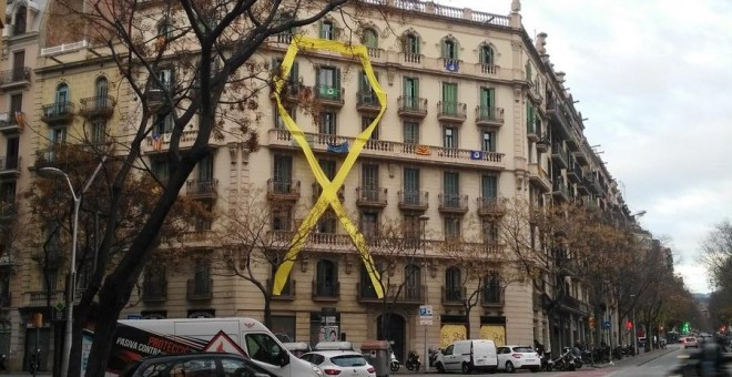 Lazo amarillo en la fachada de un edificio de la calle Mallorca de Barcelona./ @bcadilla