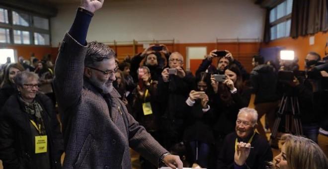 El líder de la CUP Carles Riera, en el momento de votar en la Escola Pere IV de la ciudad condal , más de cinco millones y medio de catalanes están llamados a las urnas en esta jornada de elecciones autonómicas.EFE/Juan Carlos Cárdenas