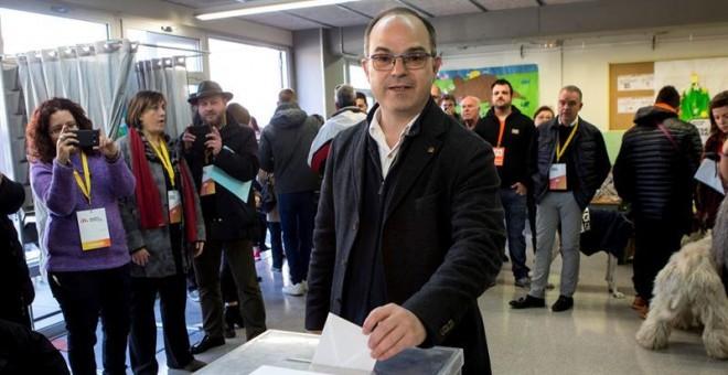 El exconseller Jordi Turull y numero cuatro por la lista de JxCat, vota en el colegio Lluis Piquer de Parets del Vallés durante la jornada electoral en las elecciones catalanas del 21D. EFE/Quique García