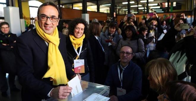 El exconseller y número 6 de Junts per Catalunya, Josep Rull, ejerciendo su derecho al voto./ EFE