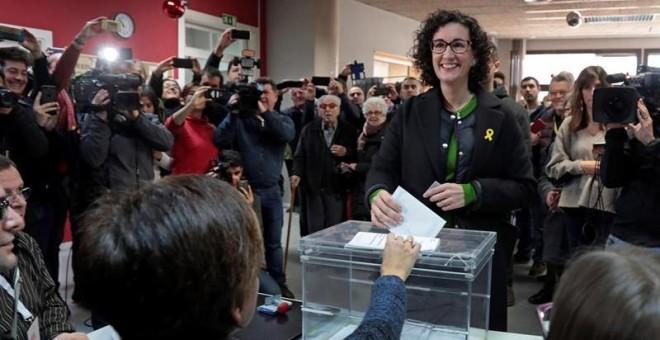 La candidata por ERC, Marta Rovira, ejerciendo su voto en el Casal Mossèn Guiteras en la ciudad de Vic, más de cinco millones de catalanes están llamados a votar en la jornada de hoy 21D. EFE/Susanna Sáez