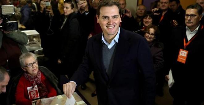 Albert Rivera, presidente de Ciudadanos, depositando su voto. / EFE