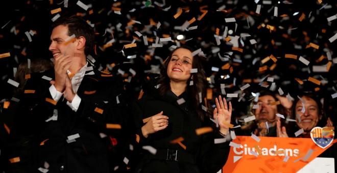 La candidata de Ciudadanos, Inés Arrimadas, y el líder de la formación naranja, Albert Rivera, celebrar su victoria en las elecciones del 21-D, en Barcelona. REUTERS/Eric Gaillard