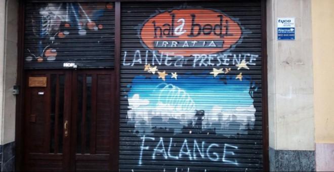 Pintadas de Falange en el local 'Hala Bedi'./ Público