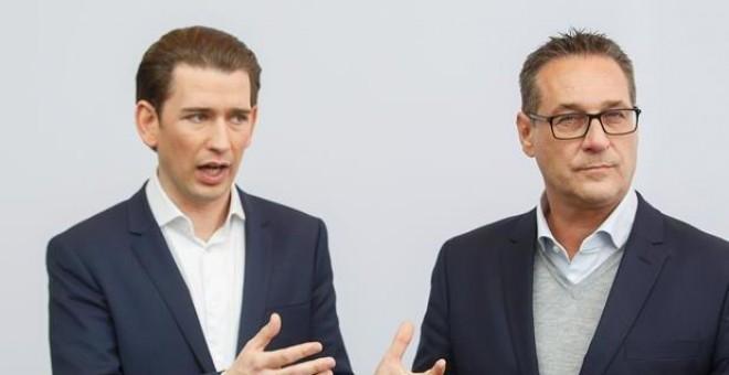 El canciller federal de Austria, Sebastian Kurz (i), y el líder del ultraderechista Partido Liberal de Austria (FPÖ), Heinz-Christian Strache (d), ofrecen una rueda de prensa en Estiria (Austria) hoy, 4 de enero de 2017, tras la primera reunión del año Ej