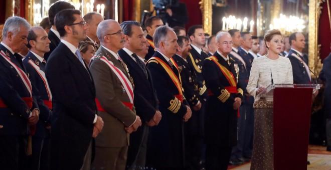 La ministra de Defensa, María Dolores de Cospedal (d), durante su discurso en la celebración hoy de la Pascua Militar en el Palacio Real, que es el primero de los actos con los que se va a homenajear a los Reyes eméritos, Juan Carlos y Sofía, por sus aniv