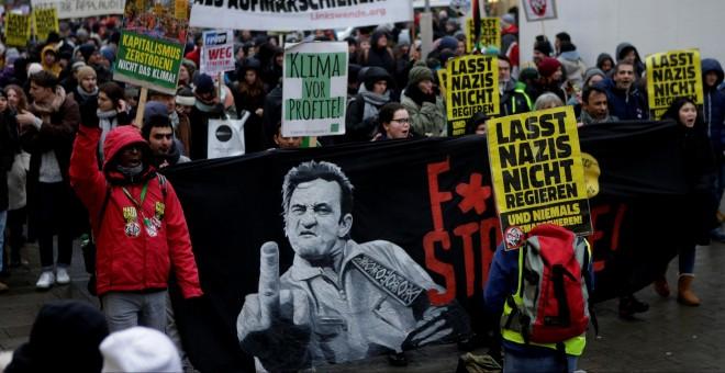 Imagen de la manifestación en Viena contra el gobierno de coalición ultra. Las pancartas amarillas dicen, en aleman, 'No dejes que los nazis reinen'. REUTERS/Heinz-Peter Bader