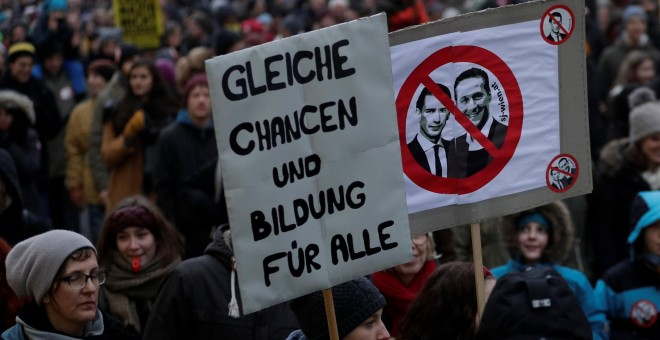 Manifestantes en Viena contra el giro ultra del Ejecutivo de coalición austríaco, con una pancarta con los retratos del canciller Sebastian Kurz y de su socio de Gobierno y vicecanciller Heinz-Christian Strache. REUTERS/Heinz-Peter Bader