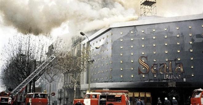Los bomberos de Barcelona sofocando el fuego en la sala de fiestas Scala, en enero de 1978.