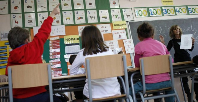 Un niño pide permiso para hablar durante una clase en un colegio. (Efe)
