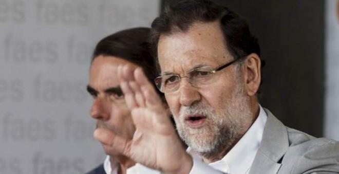 El presidente del Gobierno y del PP, Mariano Rajoy, con su antecesor, José María Aznar, en una imagen de archivo. REUTERS