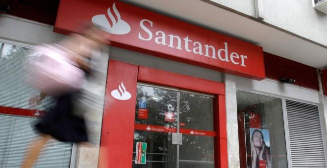 Una mujer pasa al lado de la sucursal del Banco Santander en Rio de Janeiro /REUTERS (Sergio Moraes/File Photo)