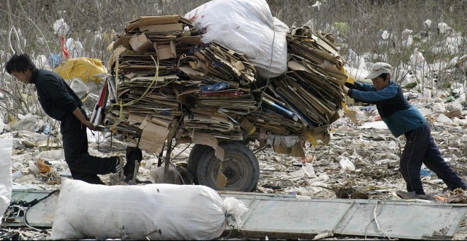 Vertedero de Bishkek, en Kirguistán, en marzo de 2005. VIKTOR DRACHEV / AFP
