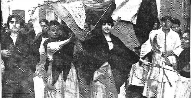 Mujeres con la bandera en Málaga, 1918.