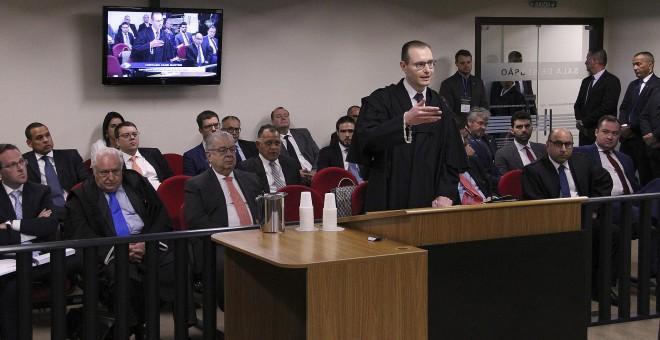 El abogado del expresidente Lula, Cristiano Zanin Martins, mientras habla en el tribunal brasileño de en Porto Alegre (Brasil). EFE