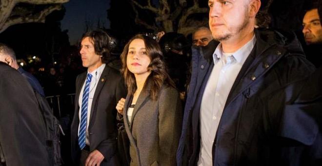 Inés Arrimadas sale del Parlament. | EFE