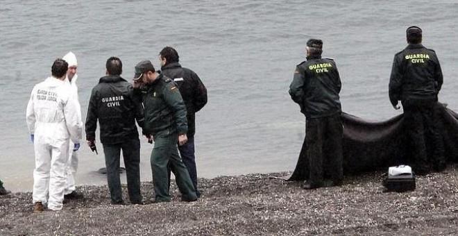 Rescate de cuerpos en la playa ceutí de El Tarajal. EFE/Archivo